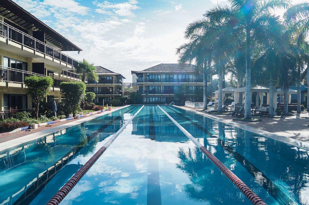 Zwembad LionsDive Beach Resort